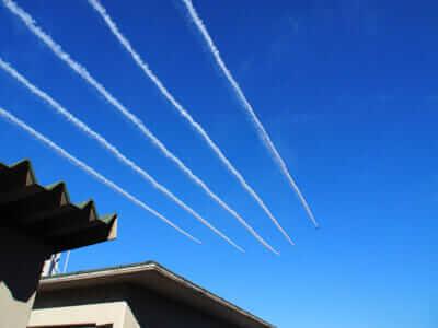 飛行機雲を描きながら飛ぶブルーインパルス