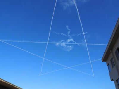 飛行機雲で星を描きながら飛ぶブルーインパルス